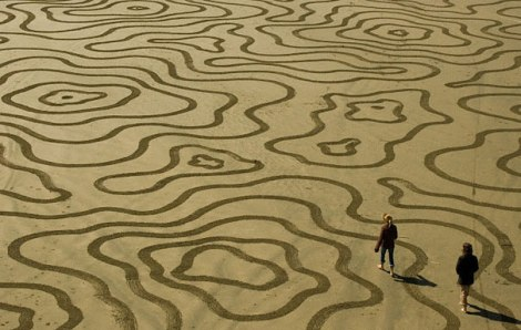 Sand-Drawings-by-Andres-Amador4